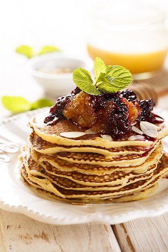 Завтраки, обеды, ужины - Блинчики с медом в сотах и ежевикой