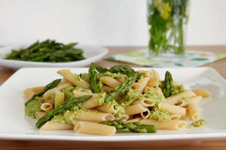 Pasta integral con pesto de  espárragos verdes thermomix