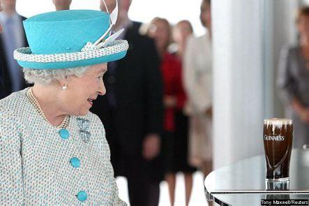 A monarca britânica Elizabeth II e o marido, o duque de Edimburgo, visitaram nesta quarta-feira, 18, o museu da fábrica de cerveja Guinness, tradicional