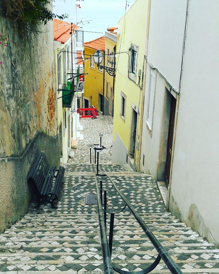 Exploring the picturesque neighbourhoods of Lisbon. ♡ #alleyway #cobblestone  #stairways #picturesque #picturesquelisbon #lisbon #oldlisbon #explore #visit #lisbontailoredtours #lisbonwithpats