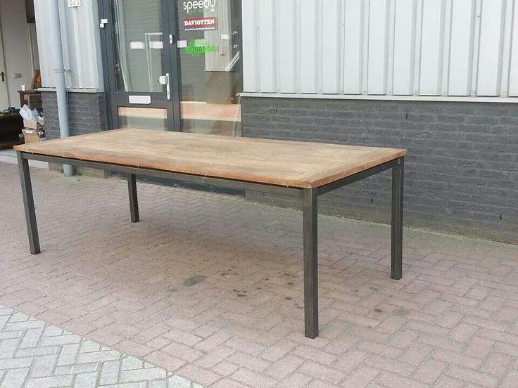 Tafel onderstel zwart staal met teak zwevend blad  Www.metaaleninterieur.nl