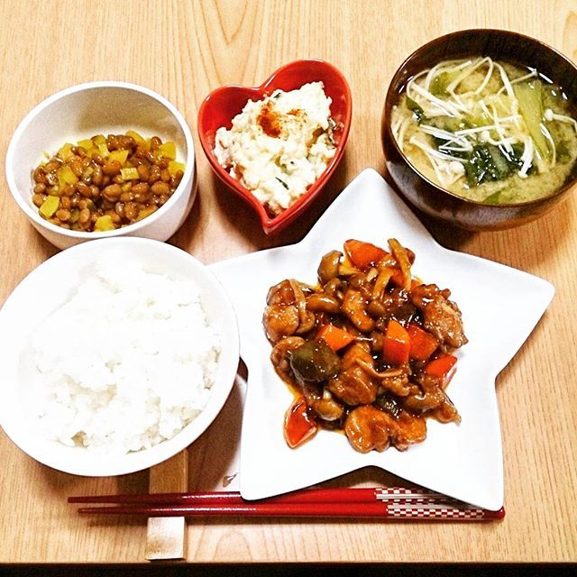 mikiko_s0314夕飯  鶏肉の酢豚風炒め ポテトサラダ たくあん納豆 小松菜とエノキのお味噌汁  旦那がこの一年でかなり太りました ダイエットを始めるらしいです、、 ご飯一膳にすると決めたようで あたしもおかずはヘルシーにしなくてはいけないのだろうか??と めちゃくちゃ考える、、(°_°) いつもよりヘルシーにしてみたつもり☆  今まで旦那はご飯三杯コースだったからかしら? とりあえずお米の摂取量減らすのがいいかもしれないですね  今日は旦那の帰宅後に二人で買い物に歩いて行って、そのまま散歩を30分ほどしてきました☆ トータル1時間弱 いい運動になったかしら☺  あたしは帰宅後軽く目眩とお腹張ってました  #夕飯#おうちごはん#クッキング #クッキングラム #ヘルシー#旦那#ダイエット#散歩#主婦#妊婦#マタニティ#マタニティライフ#初マタ#プレママ#28w