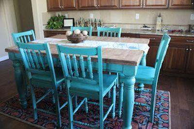 Turkusowe krzesła i stół w kuchni