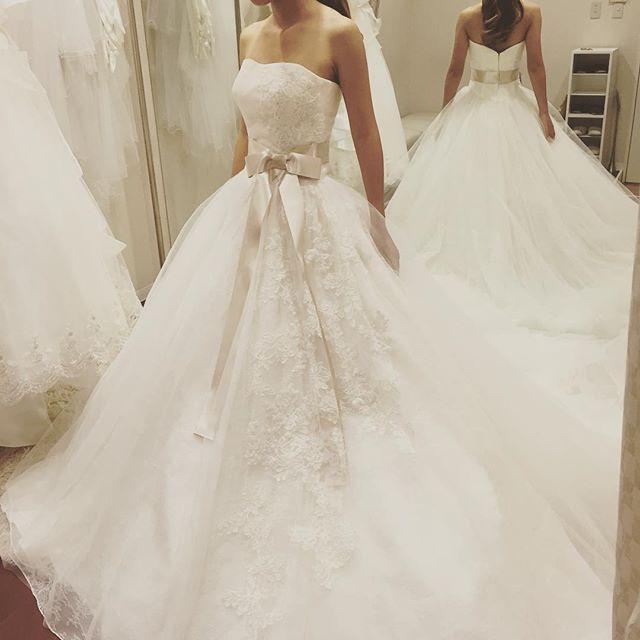 * 試着シリーズ♡#白ドレス  これサッシュベルトもついてて すっごく可愛くて迷ったんだけど、 キレイめすぎて私らしくないので やめたの(*_*) * この上にトップスが付いてくるんだけど それがまた可愛いの〜♡ 次のpicにupしますね(❁´◡`❁)! * #weddingdress #サッシュベルト #プレ花嫁  #ドレス試着 #着ないシリーズ #結婚式準備