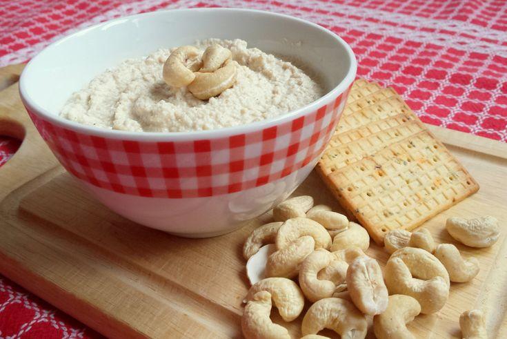 Romige Cashewkaas. Een gezonde en lekkere vervanger van reguliere roomkaas. Met cashewnoten, citroensap en edelgistvlokken maak je in een handomdraai heerlijke veganistische kaas.