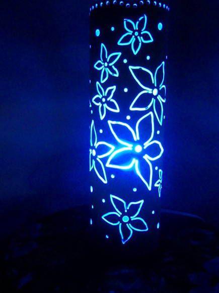 Luminária em tubo de PVC com floral recortado.  *Coloração azul dada pela lâmpada. R$ 84,09
