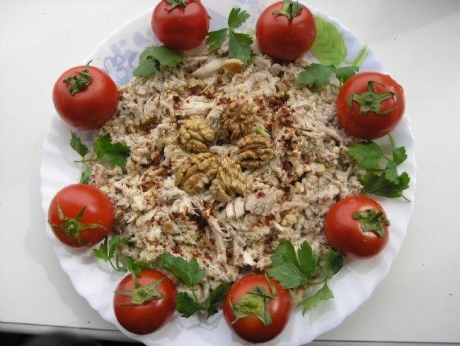 Sebzeli Çerkez Tavuğu  Malzemeler:  1-1,5 kg'lık tavuk (temizlenip, tüyleri ütülenmiş), 1 pırasa (püskülü ve yeşil kısmı kesilip alınmış), 1 havuç (hafifçe kazınmış), 1 küçük kereviz (hafifçe kabuğu soyulup 4'e bölünmüş), 1 soğan, 1 defne yaprağı, 1 çorba kaşığı tuz, 20 su bardağı su, 2 dilim ekmeğin içi, 1/2 su bardağı süt, 250 gr ceviz içi (iki kez çekilmiş), 4 ceviz içi (ikiye bölünmüş), 1/2 kahve kaşığı kırmızı biber   Hazırlanışı:  Büyük bir tencereye 20 bardak su, tavuk, pırasa, havuç…