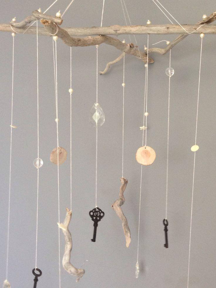 Mobile éclectique en bois flotté, fil de lin, clés anciennes, pampilles et perles : Accessoires de maison par arabesques-et-monogrammes