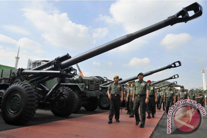 Penyerahan Meriam Howitzer KSAD Jenderal TNI Budiman (kedua kiri) didampingi Komandan Pusat Kesenjataan Artileri Medan (Danpussenarmed) Brigjen TNI Sonhadji (kiri) meninjau meriam Howitzer KH 179 berdiameter 155mm buatan Korea Selatan pada serah terima meriam tersebut di Lapangan Mabesad Jakarta, Selasa (6/5). KSAD menyerahkan 18 meriam senilai 944 juta dolar AS itu untuk memperkuat alutsista TNI AD yang akan ditempatkan di Batalyon Armed Aceh, Kalimantan Barat dan Kalimantan Timur. (ANTARA…