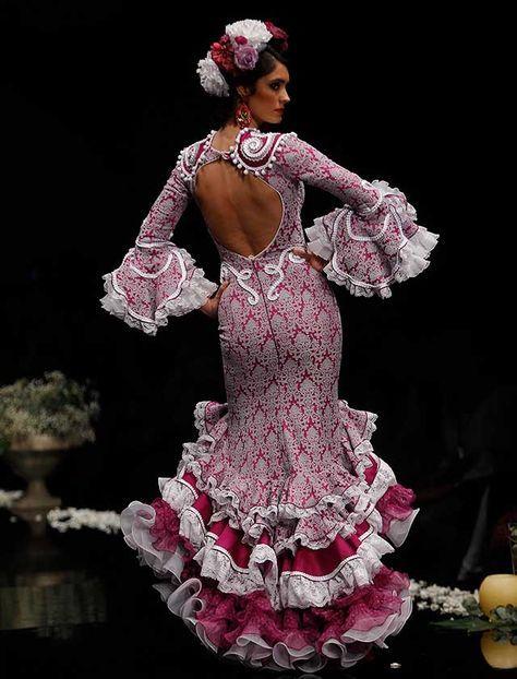 La firma malagueña ha subido a la pasarela «Despertando pasiones», una colección con patrones y fajines que realzan la silueta de la mujer, en gamas de tonos magenta, amatista y morado (Foto: Rocío Ruz)