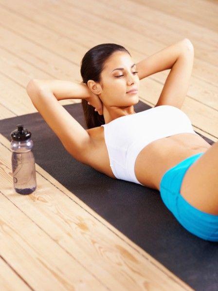 Sie wollen einen flachen Bauch? Machen Sie Sit-ups. Der große Vorteil: Sit-ups können immer und überall durchgeführt werden. So geht die Übung richtig.