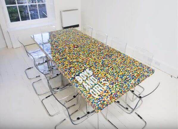 Wenn du LEGO verkaufen wolltest, wirst du jetzt deine Meinung verändern - Konferenztisch aus LEGO  Check more at http://diydekoideen.com/wenn-du-lego-verkaufen-wolltest-wirst-du-jetzt-deine-meinung-verandern/