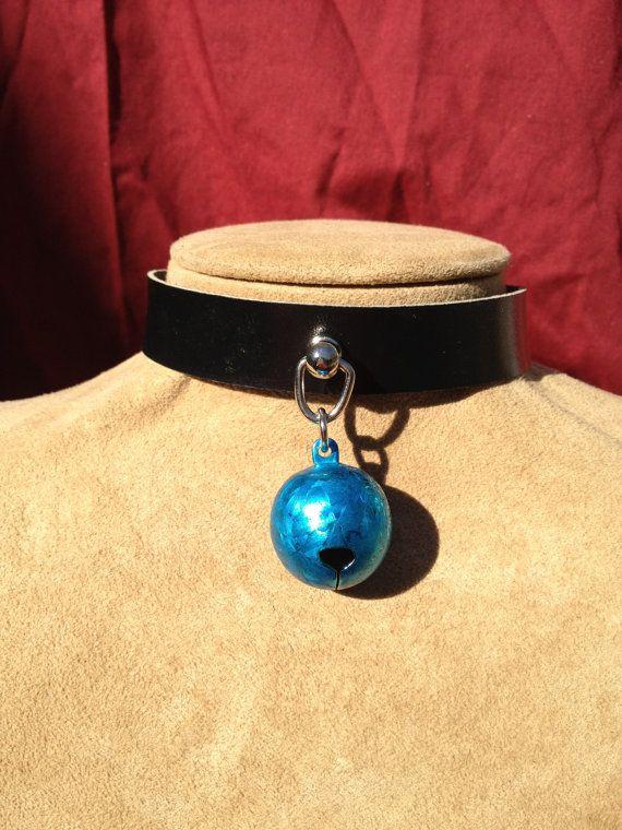 Helder blauwe Frost Bell op Choker zwart leer door rowansoriginals