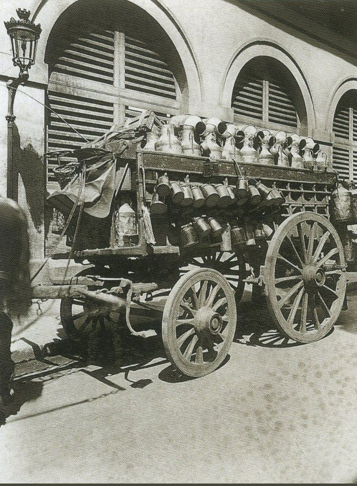 La Voiture dans le Paris d'antan par Eugène Atget - Une voiture de laitier, en 1910.