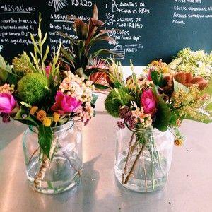 Os simpáticos arranjos G! Eles são feitos em potes, com uma média de 10 hastes e custam apenas R$70 cada! #abeladodia #flores