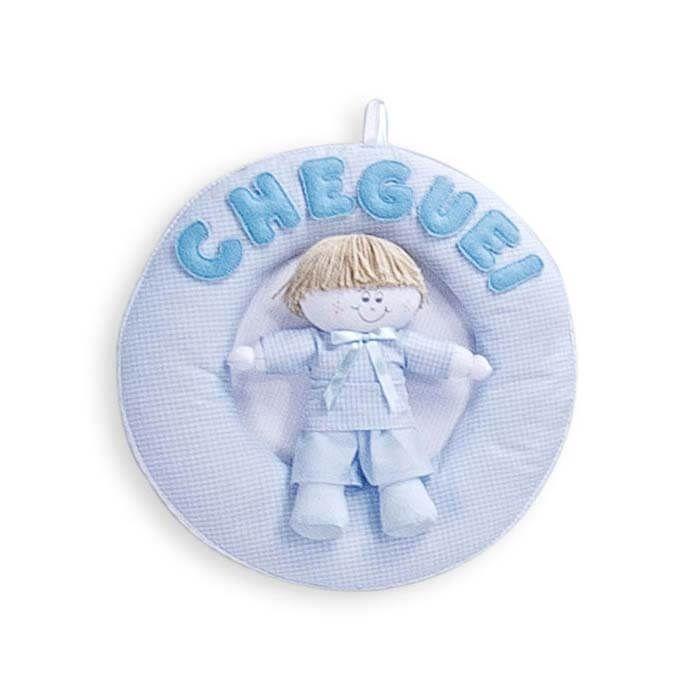 Com um bonequinho exclusivo, o Enfeite Joãozinho Azul Bebê vai deixar o quarto do seu menino ainda mais divertido desde a porta!