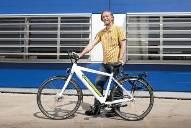 """Ikea propone la bici elettrica """"democratica"""" Parte dall'Austria la vendita della bici a pedalata assistita del marchio scandinavo, il modello è venduto in kit di montaggio a 749 euro con batterie integrate nel telaio, cambio nel mozzo e autonomia fino a 70 km....."""