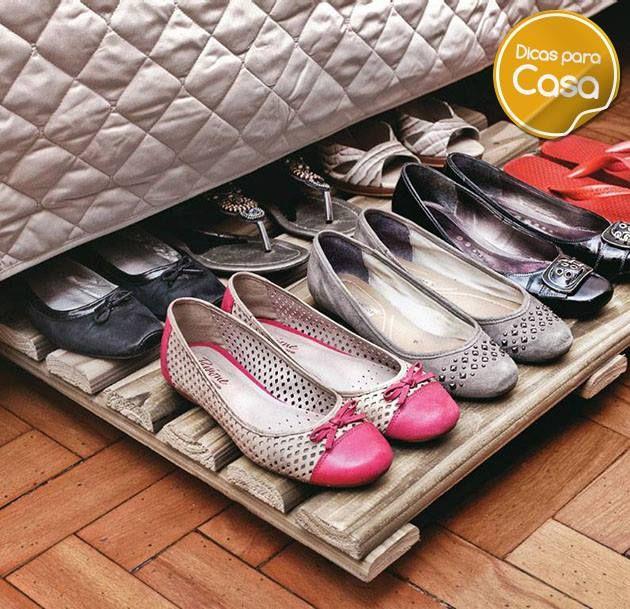 Organizando sapatos em cima de pallets