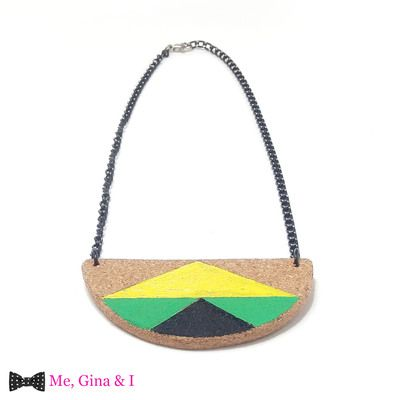 Jamaican semicircle short necklace made of cork.