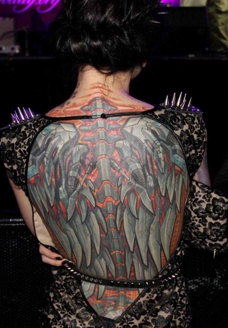 biomechanisches Tattoo am Rücken mit Flügeln