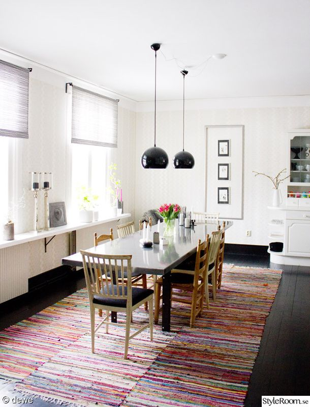 kök,trasmattor,höga fönster,svart trägolv,spira gardin