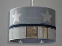 Stoere jongenslamp met steigerhout behang en een band van spijkerstof kijk voor meer stoere lampen op http://www.kinderlamp-kinderkamer.nl