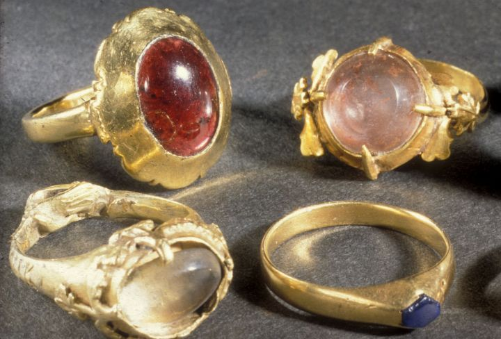 Gold Rings from Gamlebyen, all from the 13th and 14th centuries. The ring at the top left has inlaid garnet, while the one at the bottom right has a sapphire. The two others have inlaid rock crystal and fine Gothic decorative leaf. The ring at the bottom left is a feasting ring.
