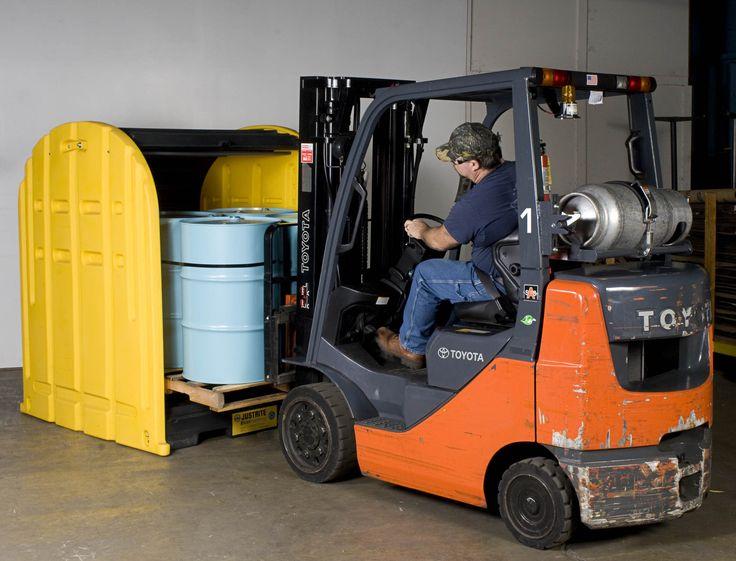 Stanowisko robocze wykonane z bardzo trwałego i odpornego na chemikalia i warunki atmosferyczne polietylenu. Ułatwia bezpieczne składowanie i eksploatację beczek zmniejszając ryzyko wycieku płynów. Spełnia wymagania bezpieczeństwa i ochrony środowiska. Otwierane z obu stron – ale tylko z jednej strony jednocześnie – dzięki zastosowaniu dwóch  żebrowanych żaluzji. Wysoka przestrzeń nad beczkami umożliwia instalację i dostęp do pomp lub lejków.