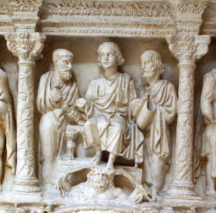Particolare del sarcofago di Giunio Basso raffigurante Gesù con i rotoli della legge, Pietro e Paolo. Ai piedi di cristo è presente una personificazione del cielo, che richiama le modalità pagane di rappresentazione.