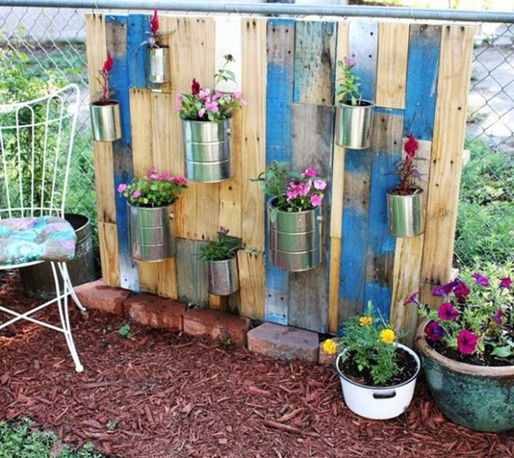 Vertical DIY pallet garden on chain link