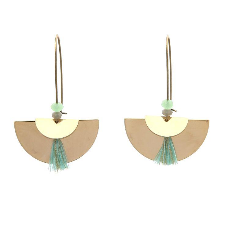Une paire de boucles d'oreilles dans un style cotemorain. A réaliser en quelques minutes. Le bijou DIY incontournable.  Les éléments pour cette création: Bo dormeuses, créoles, perles demi lune, perles en verre à facettes et pompons.