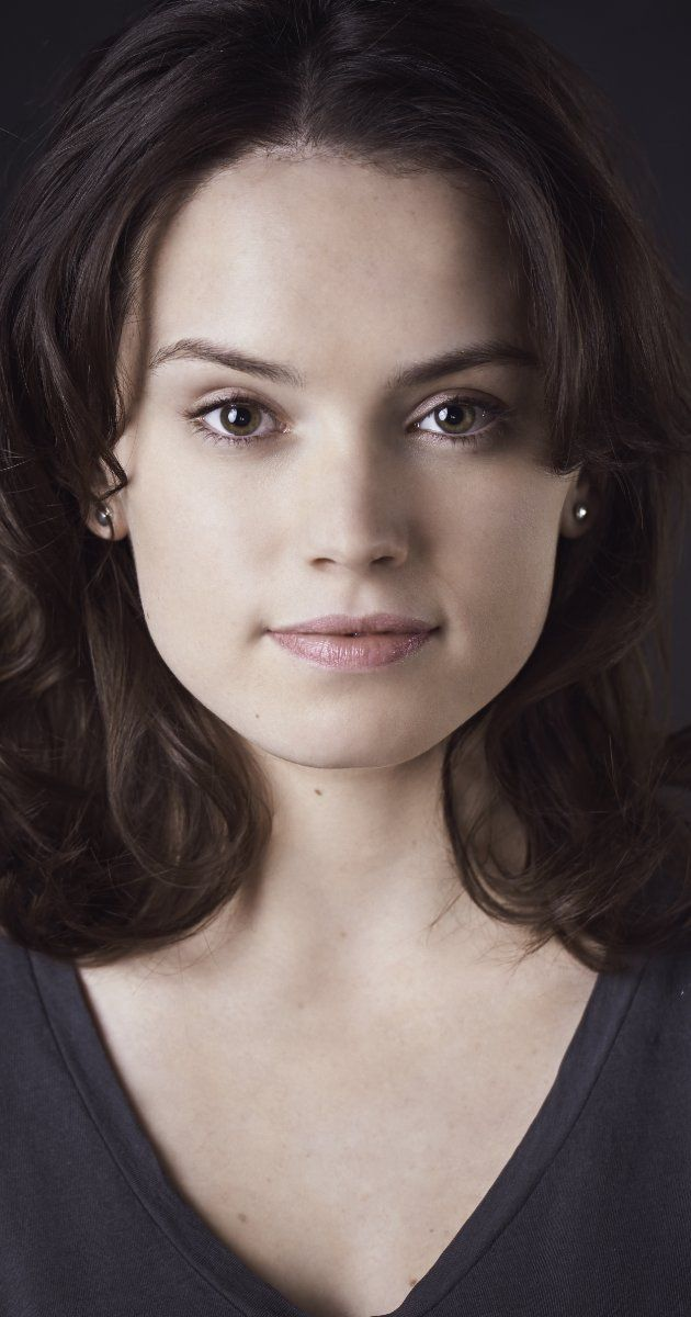Daisy Ridley *OFFICIALLY CAST*. Sure looks a lot like Natalie Portman. Like grandmother like granddaughter.  :)