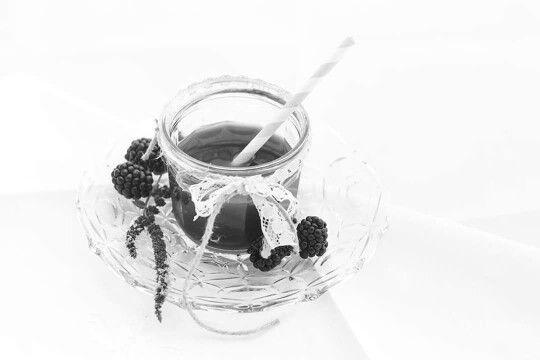 Foto in bianco e nero del frullato di anguria e more speziato al pepe rosa e profumato alla rosa - Photo in black and white smoothie watermelon and blackberries spicy pink pepper and flavored with rose. #ricetta#frullato#ingredienti#frutta#anguria#more#peperosa#estrattodirosa#pasticceria#laboratoriodicuina#recipe#smoothie#ingridients#fruit#watermelon#blackberry#pinkpepper#roseextract#pastry#cooklab