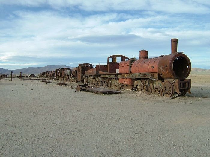 O CEMITÉRIO DE COMBOIOS NA BOLÍVIA: Located some 3 km outside the trading town of Uyuni, in southwest Bolivia, lies an antique train cemetery. In the past, Uyuni was an import...