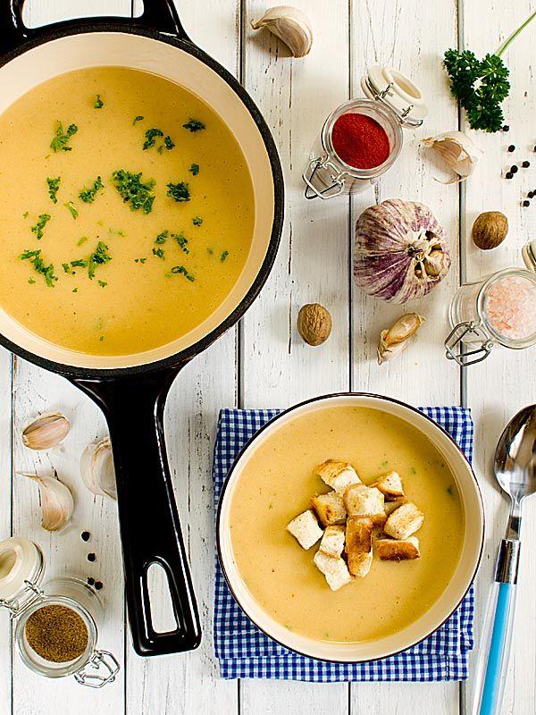 Czosnkowo-ziemniaczana zupa z dodatkiem aromatycznych przypraw