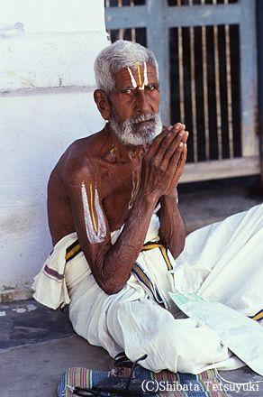 ナマステ 、正式にはナマスカールという。ナマス、つまり南無阿弥陀仏の南無を行う、という意味らしい。南無はまた、オームのことでもある。意味は深遠だ。