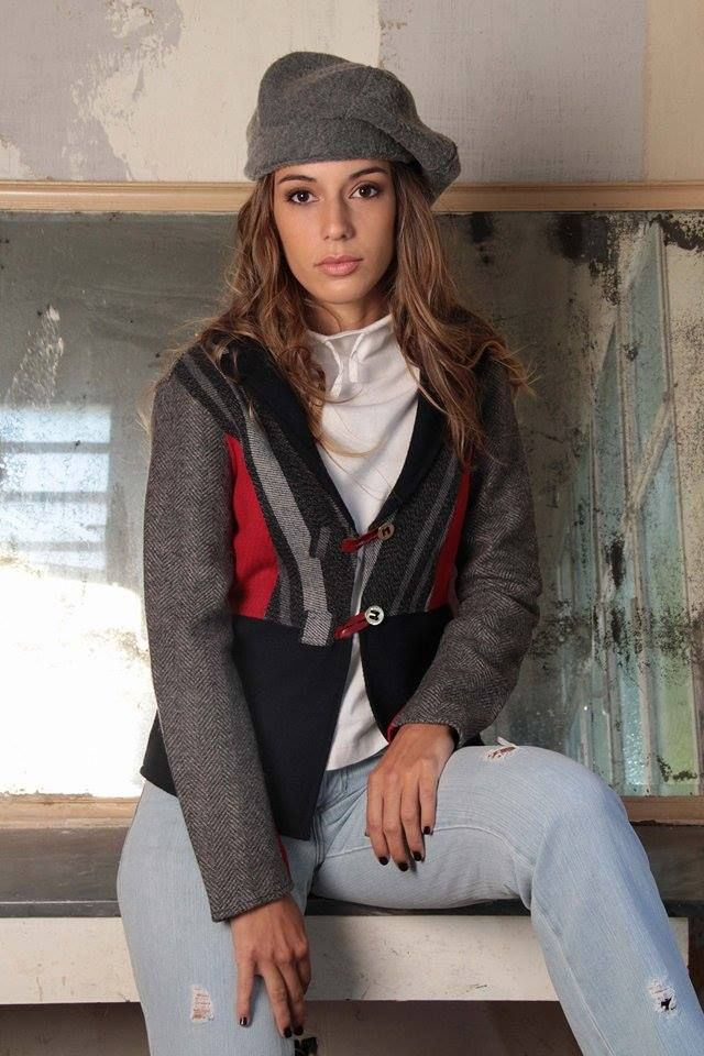blazer combinado en azul, gris y rojo.