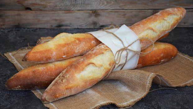 Chtěli jste si doma vyzkoušet přípravu francouzských baget, ale chyběla vám odvaha? Teď už se bát nemusíte: máme pro vás podrobný recept, díky kterému provoníte vaši kuchyň čerstvým pečivem!