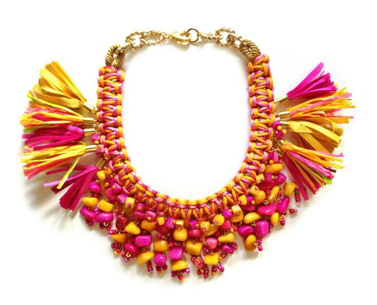 Żółto-różowa kolia wykonana z ręcznie wykonanej plecionki, kamieni, chwostów oraz elementów złoconych