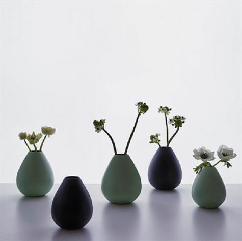 AJ Royal Vintage. Vaser designet af Arne Jacobsen, de er oprindeligt skabt til verdens første designhotel - SAS Royal Hotel, København, bygget i 1960-.  Vaserne kommer i 2 størrelser i farverne sort og grøn  Mål: Small og Large Materiale: Pulverlakeret massivt rustfrit stål Produceret i Danmark  ´Vælg farve og størrelse