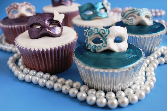 Love the decorations on these cupcakes