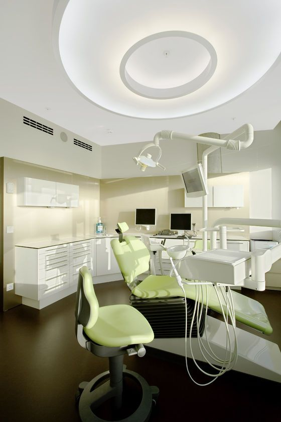 Creepy Alien dental chair..Zahnarztpraxis - Smile Designer - Lounge SailCity