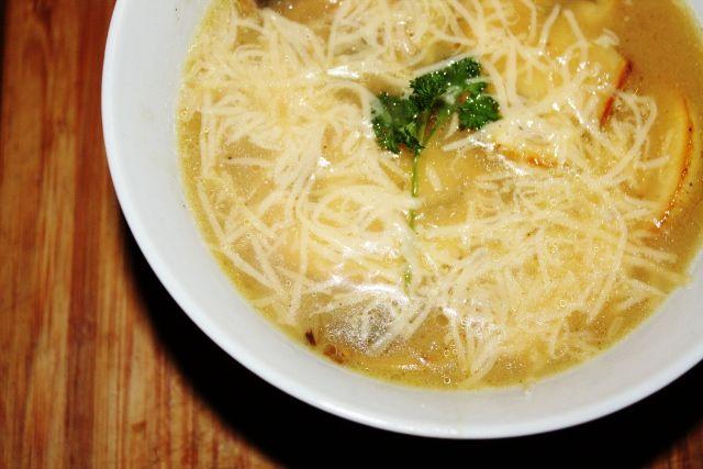 Domowa zupa cebulowa z pieczarkami i goudą