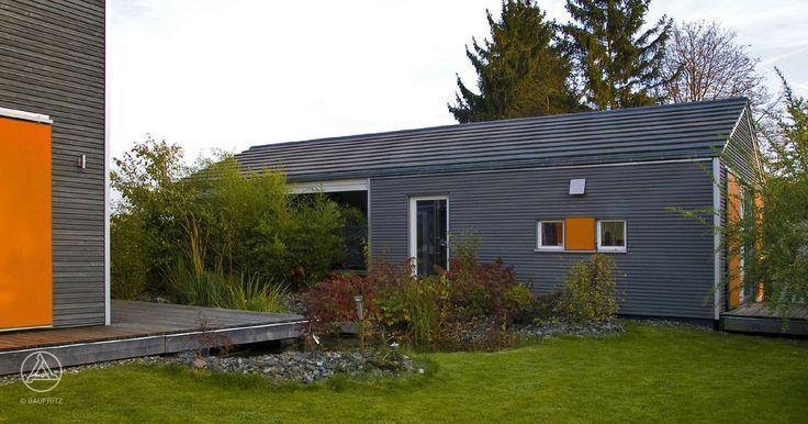 Ein Nebengebäude, das derzeit als Büro verwendet wird, kann später als Kinderwohnbereich oder Mehrgenerationenhaus genutzt werden. - Engelhardt Baufritz