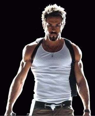 ryan reynolds workout arms jacked