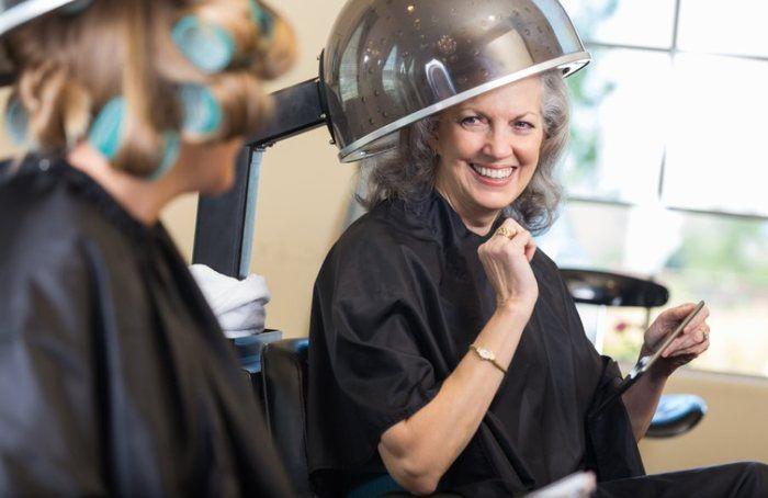 So verleihen Sie grauem Haar mit Tönungen und Strähnchen neuen Pepp
