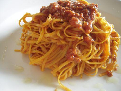 Tajarin, classica pasta all'uovo piemontese al ragù di carne. Tajarin, classic Piedmontese (Italy) egg pasta with meat sauce.