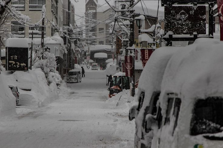 Myoko Snow Report 27 December 2017 Pow for days in Myoko. Myoko Snow Report 27 December 2017: Current Conditions Snowing consistently this morning and we almost need a snorkel to get to work. All hands on deck clearing the 60+cm that fell overnight. As usual, winds are light. Myoko Snow Report 27 December 2017: 24 …