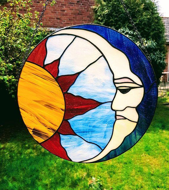 Tiffany glas in lood raamhanger van Zon en maan, ronde hanger in gekleurd glas van vader maan en moeder zon als raamdecoratie
