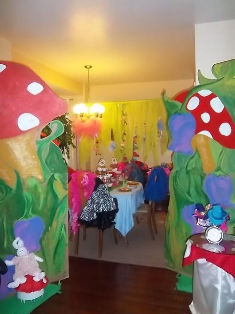 Alice in wonderland mad tea party birthday party ideas for Alice in wonderland tea party decoration ideas